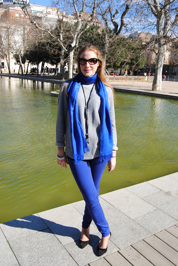 Pantalón azul klein y suéter gris