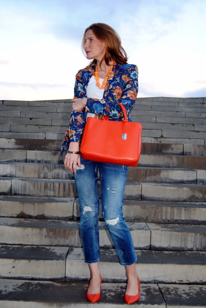 Boyfriend jean look and floral blazer