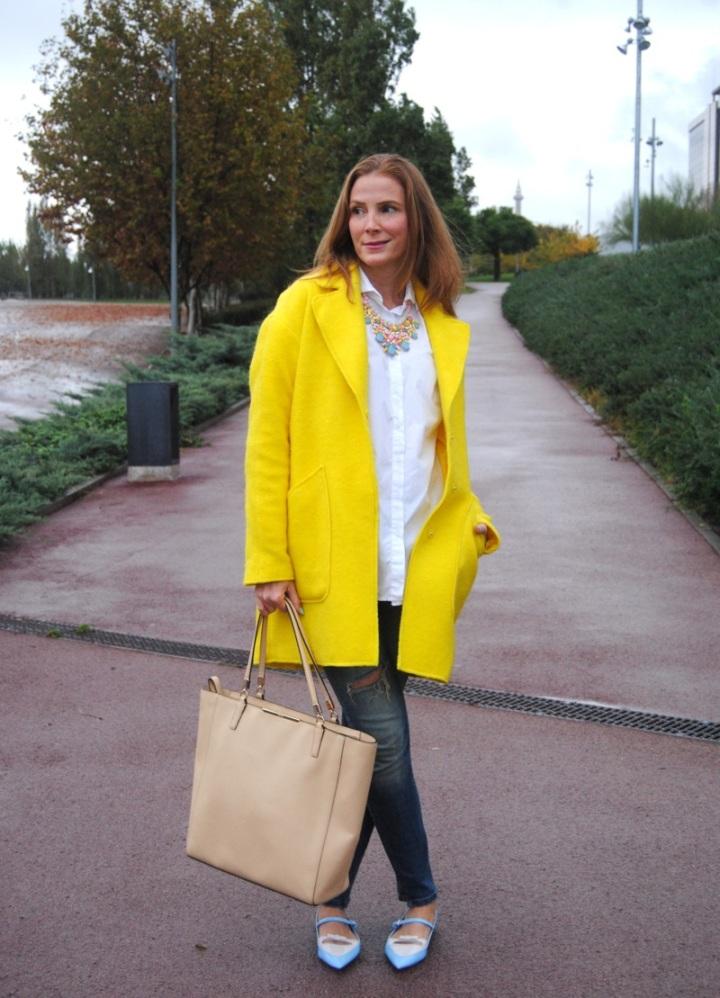 Look invierno con abrigo amarillo