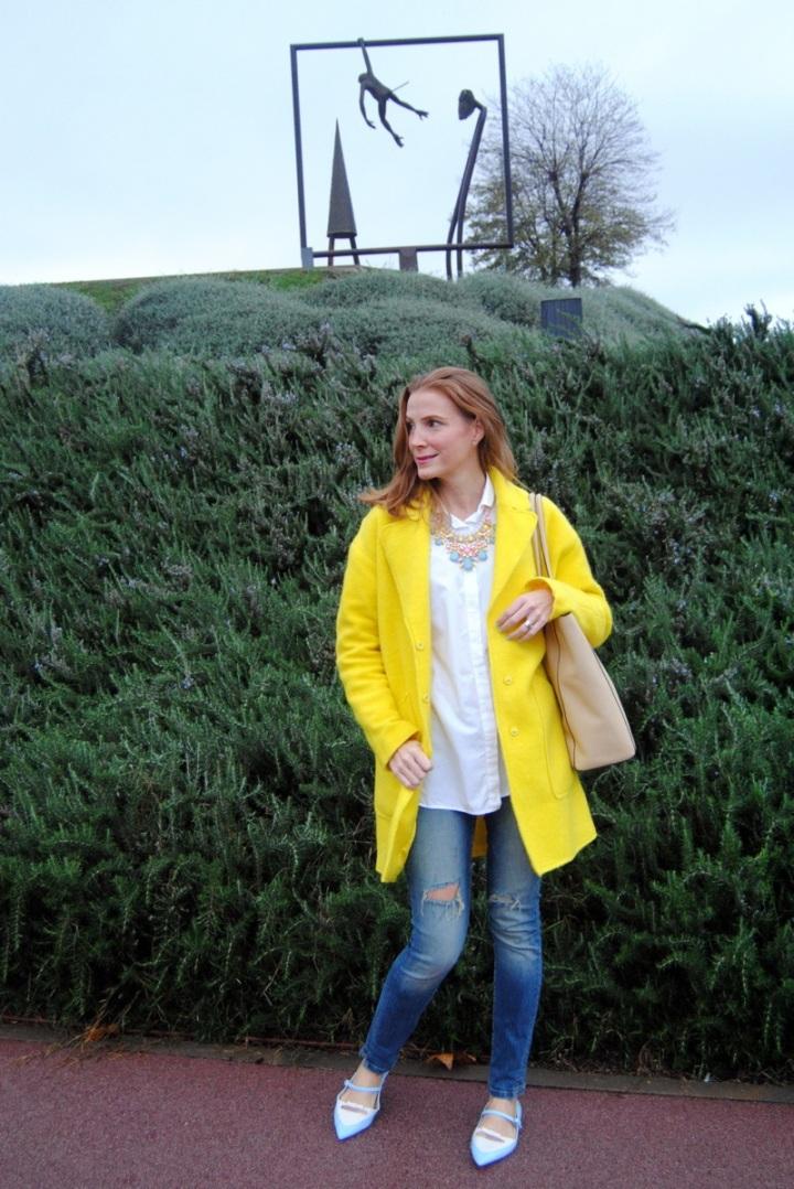Lok con abrigo amarillo