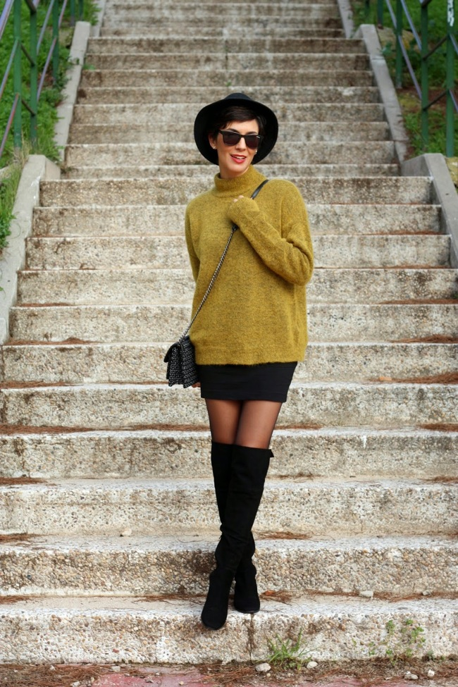 Look mini falda y botas altas