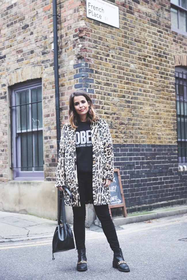 Casual look with leopard print coat