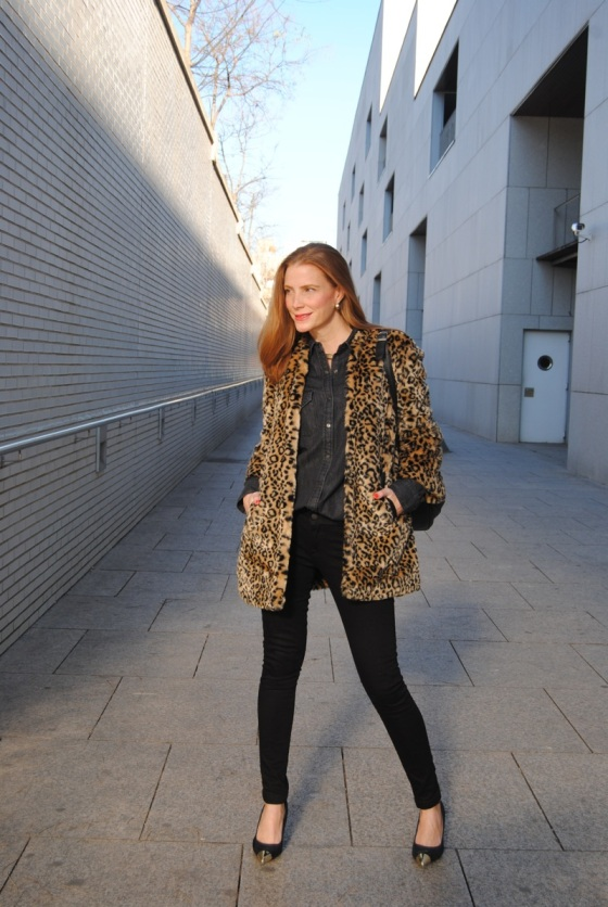 Total black look and leopard coat
