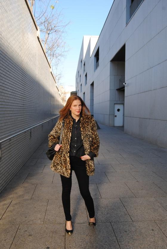 Look negro y abrigo leopardo