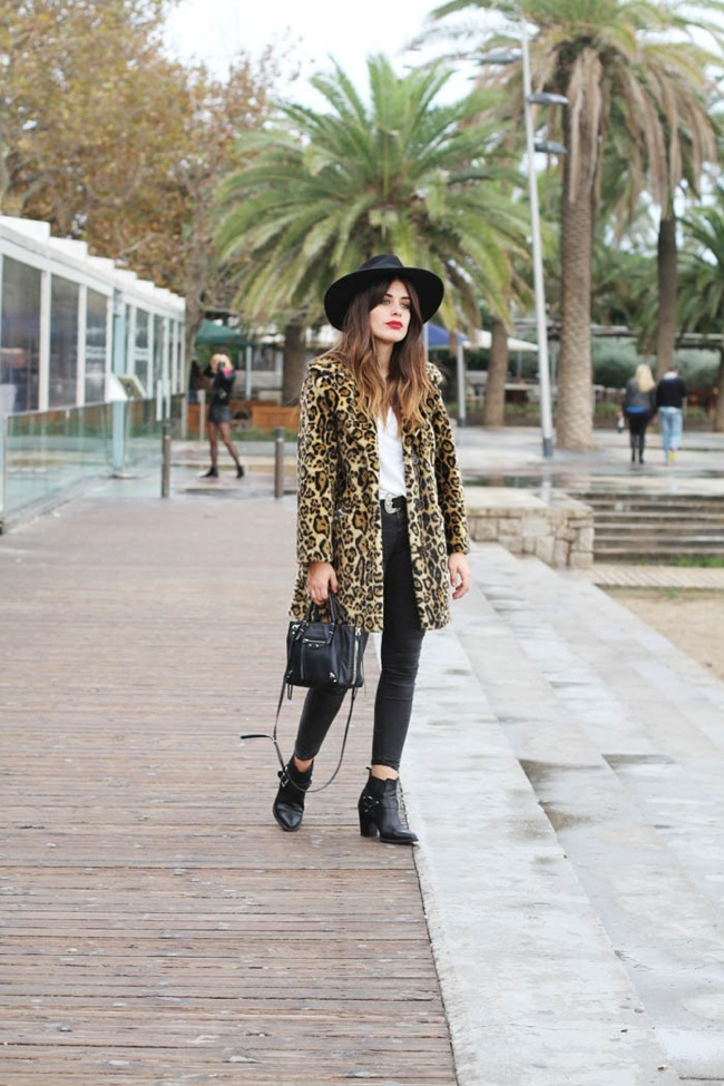 Look con abrigo de estampado leopardo