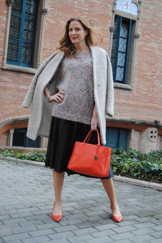Suéter maxi y falda de cuero