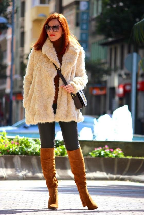 Look con abrigo de pelo blanco