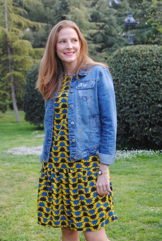Look con vestido y chaqueta denim