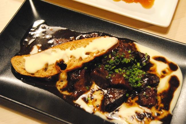 Carrillero de ternera con cremoso de patata trufada