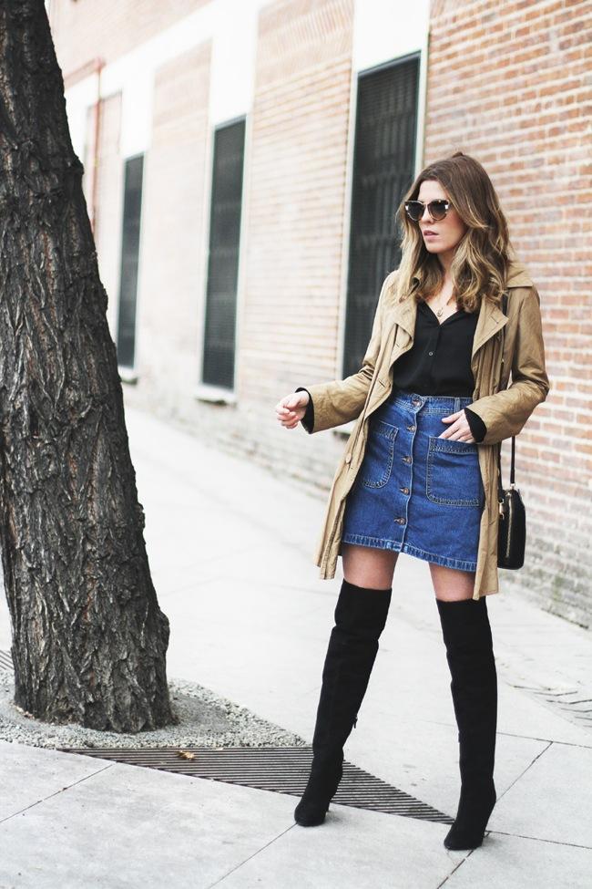 Falda abotonada y botas altas