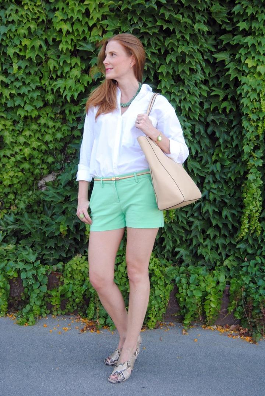 Look con camisa blanca