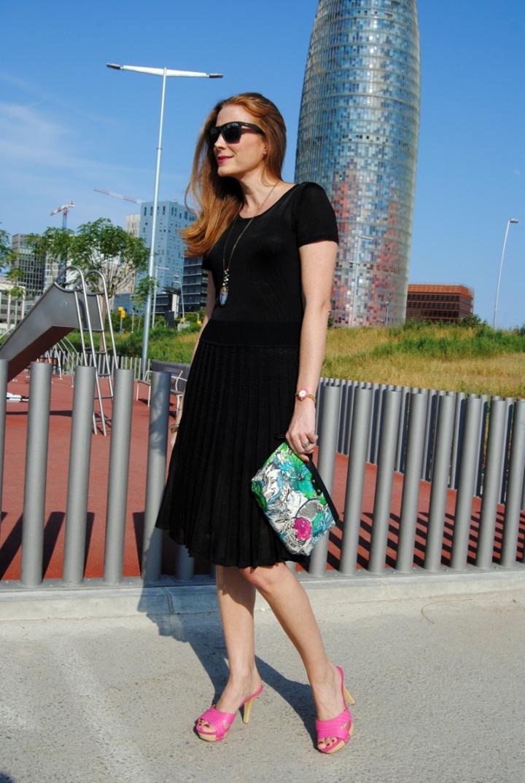Vestido negro y clutch floral