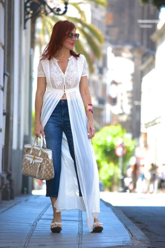 Long top look with jeans