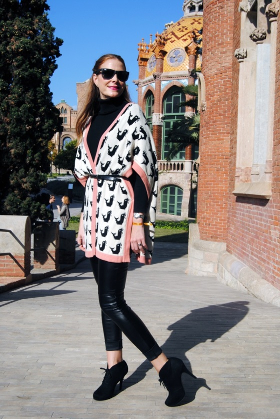 Tricot kimono and leather leggings
