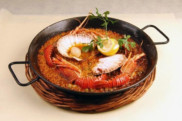 Paella de langosta con zamburiñas. baja