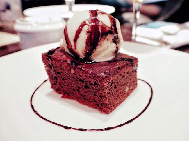 brownie de chocolate y nueces con helado de vainilla