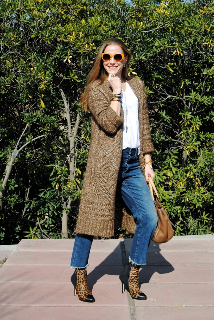 Long cardigan with boyfriend jeans look