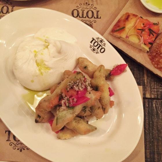 Burrata con tempura de habas