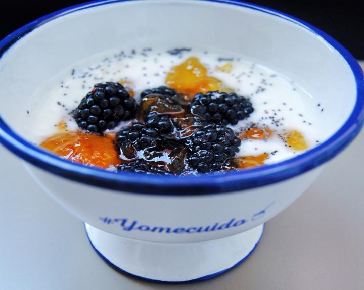 yogur con moras, mermeladas de naranja y chía
