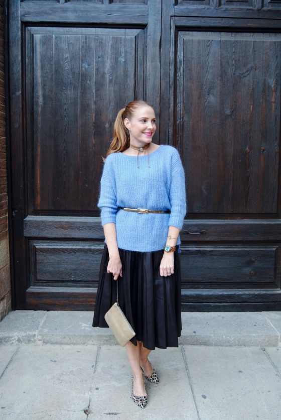 Look with pleated skirt and sweater