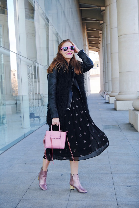 look con botas rosas y vestido floral boho