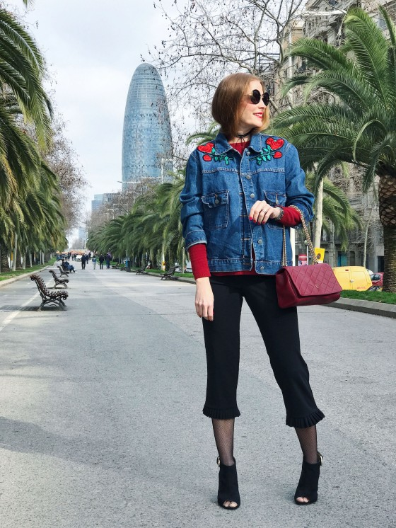 Look con chaqueta denim bordada