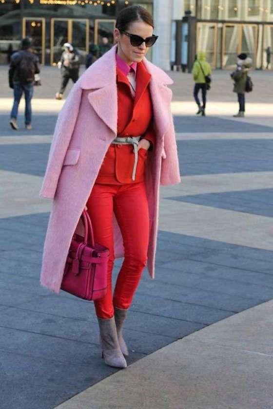 traje-rojo-y-abrigo-rosa