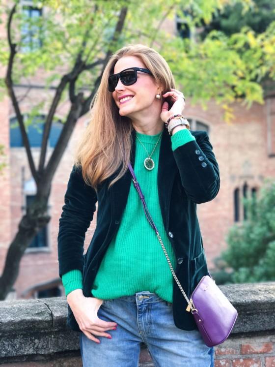 look con blazer de terciopelo verde