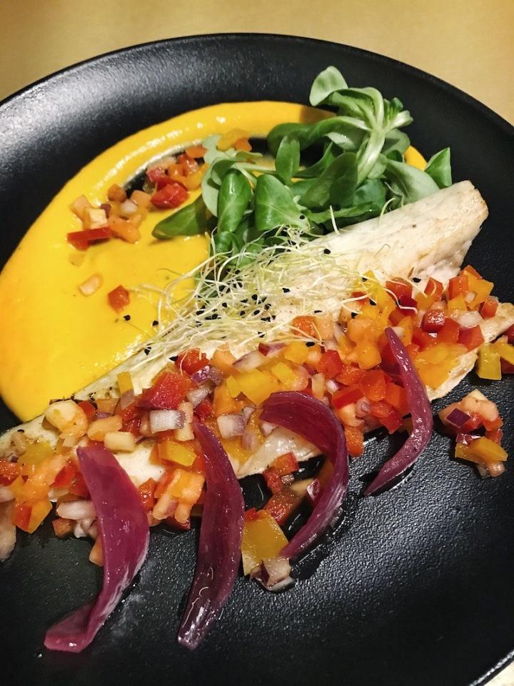 filete-de-lubina-con-salsa-fresca-de-pimientos-papaya