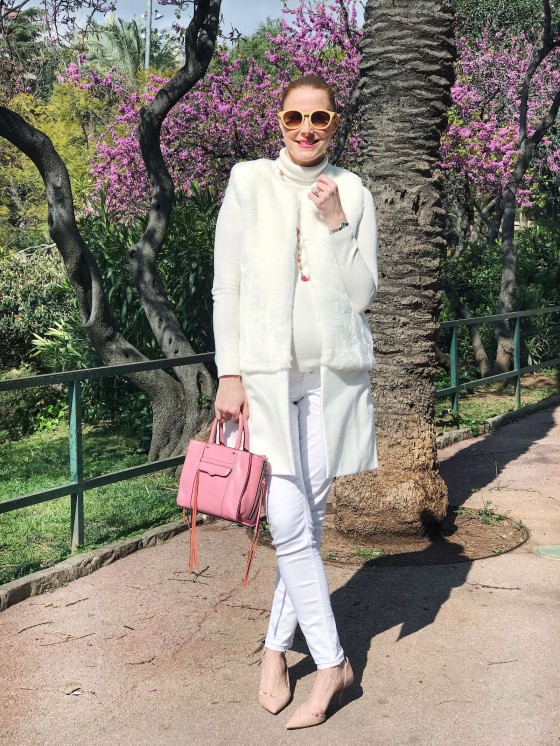 Total white look and pink hints