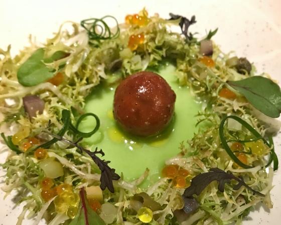 Ensalada de tomates de invierno, capellanes y encurtidos