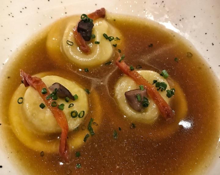 Ravioli de foie-gras, tomates secos y aceitunas de kalamata