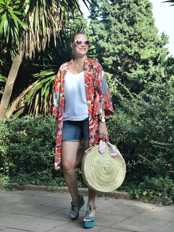 Look con kimono y capazo