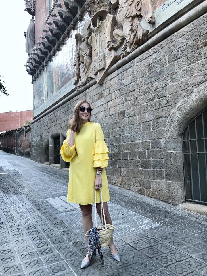 Look-con-vestido-amarillo-y-zapatos-de-cuadros