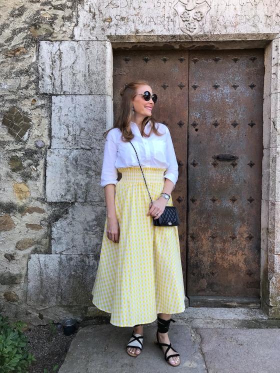 Look-con-falda-vichy-amarilla-y-blusa-blanca