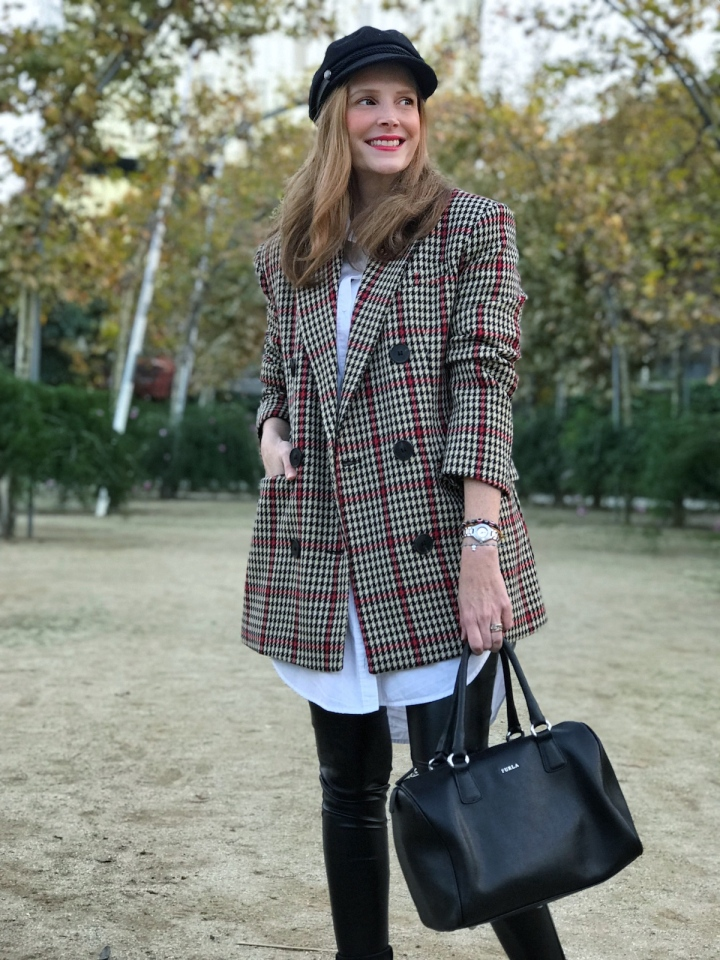 Look-con-gorra-marinera-blazer-cuadros