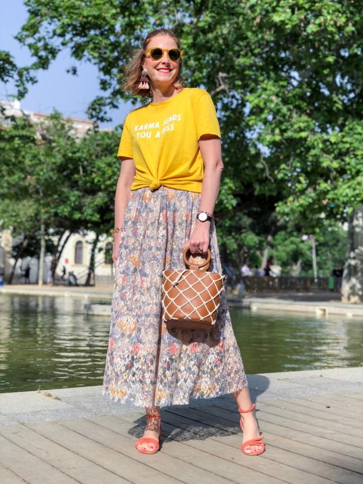 look-falda-floral-y-camiseta-mensaje