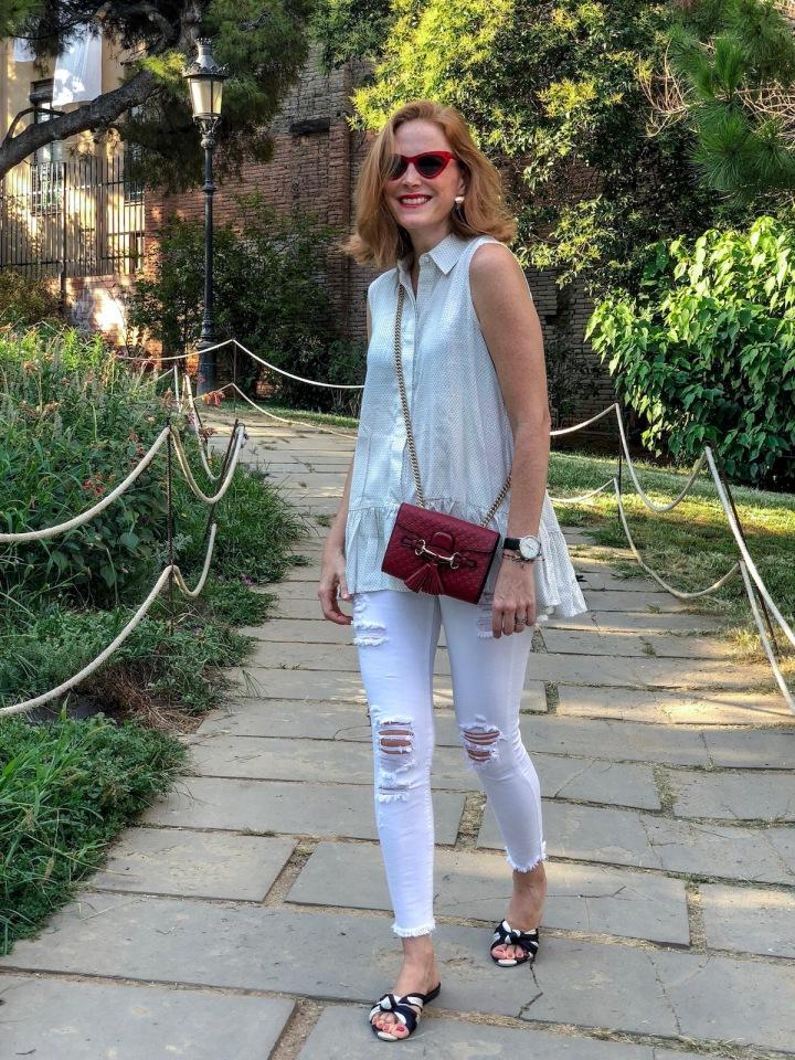 Look-blanco-y-bolso-rojo