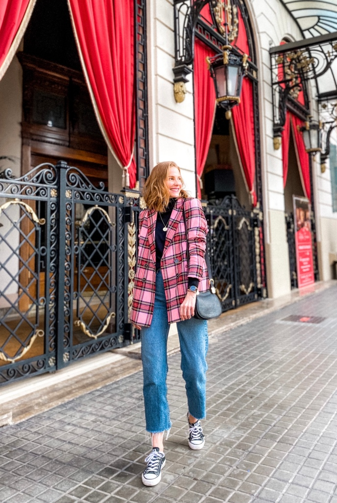 Look básico con blazer de cuadros, jeans y converse